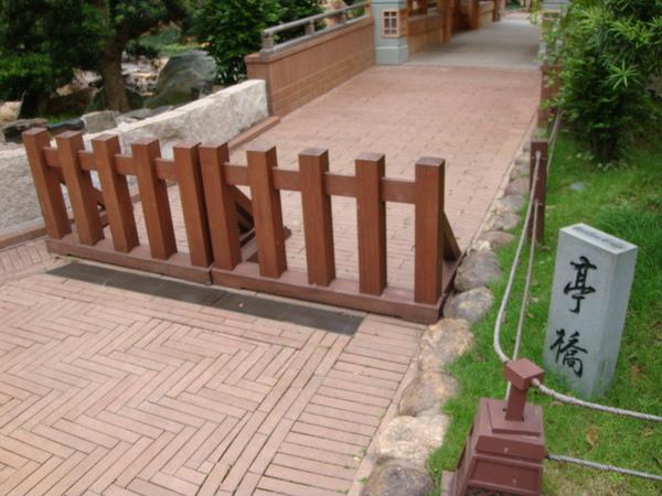 如果景點在整修,園方會把路圍起來,不會向其他地方隨便豎一塊牌子了事