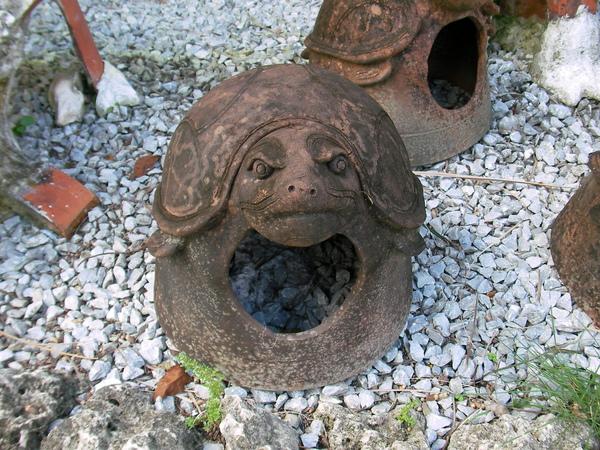 地上擺一堆燒製陶