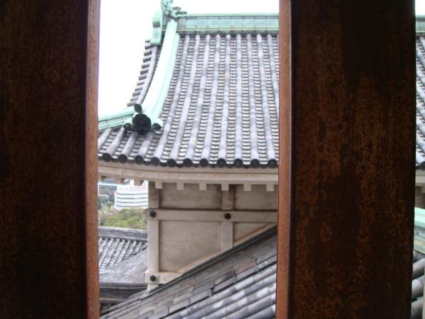 從城裡的窗往外照,怎麼有監獄的感覺?  古代怕被攻擊,窗子都會封死..