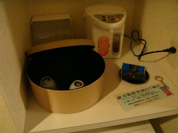 """除了茶以外,這家飯店還準備了餅乾,""""竹炭法蘭酥"""",試吃喜歡大廳有出售"""
