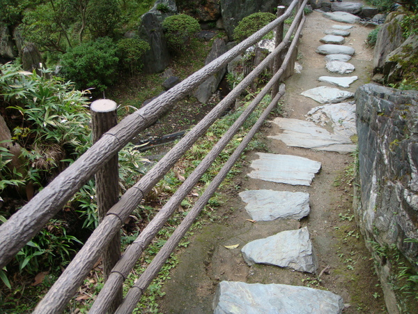 日本庭院都有的石板路