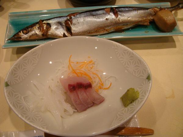 生魚片與一整條現烤的秋刀魚~~