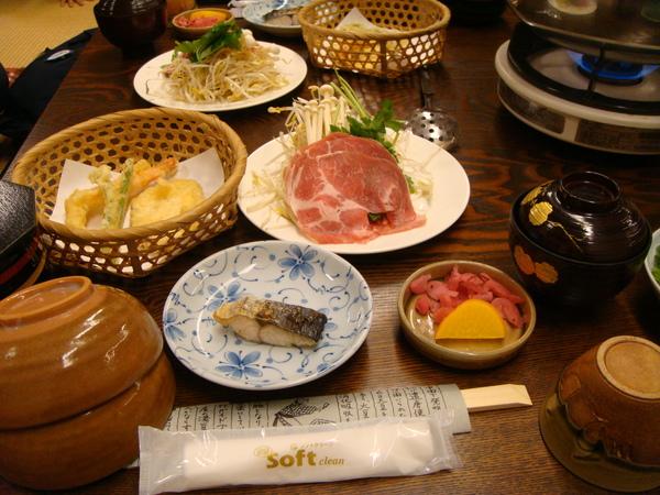 四人套餐,看到火鍋就想來點沙茶...喂!鍋子是涮肉的,吃京豆腐不喝湯的唷