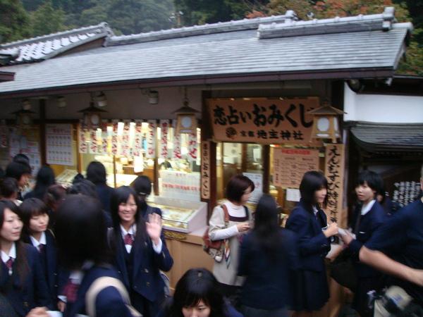 轉到地主神社,果然一群高中女生來求戀愛運
