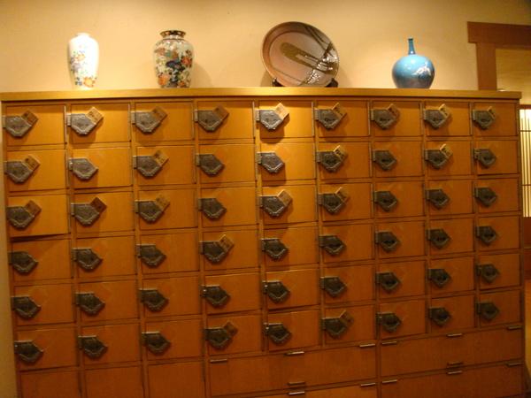 進餐廳要脫鞋,店家會給木牌讓客人放鞋子