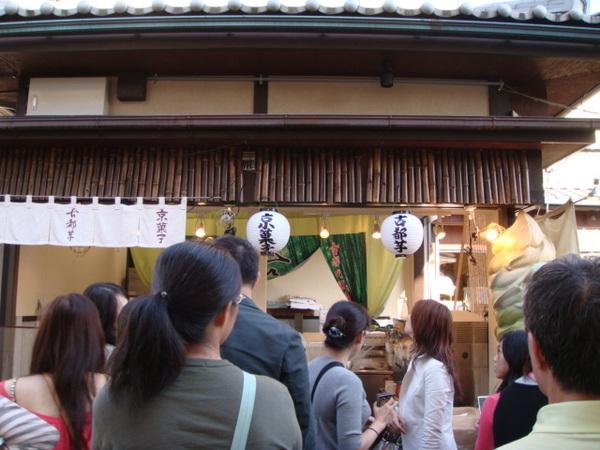出發到嵐山,一群人圍在林志玲推薦的霜淇淋店,因為廣大的台灣同胞,店家都會一點點的中文了~