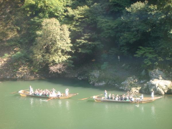 來嵐山可以坐火車觀光,也可以坐船。互相打招呼挺新鮮!