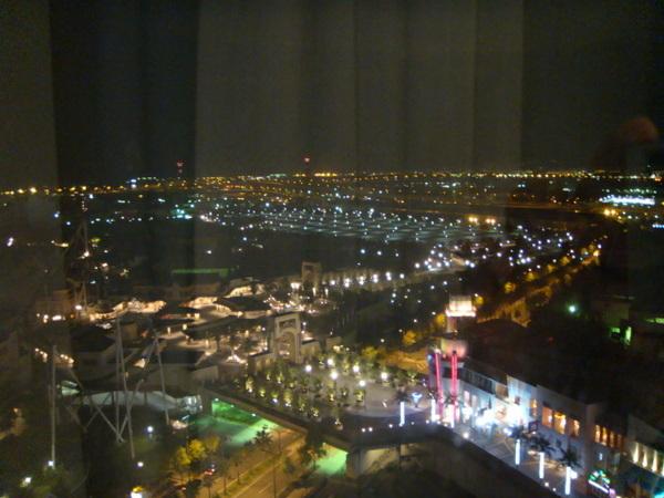 晚上住在環球影城飯店,晚上的環球影城是這樣的~