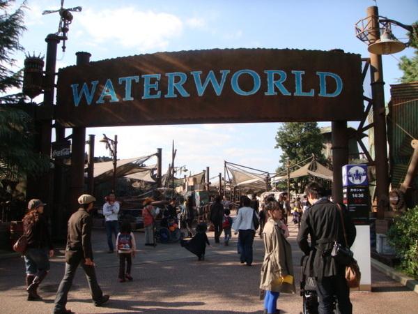 水世界的秀真的值得看,除了緊張逼真,演員的互動與對白都很好玩