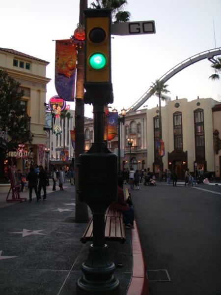樂園裡街景現實生活一樣,有復古紅綠燈,當然不會有人理它,照樣穿越馬路,還坐在地上咧