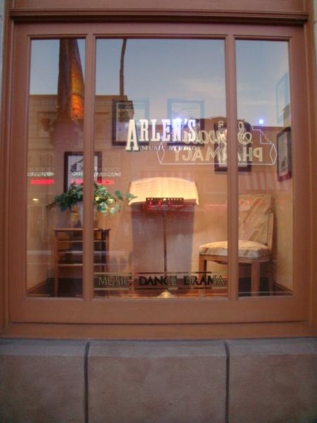 有的櫥窗展示讓人以為是商店,但是呢,就只是櫥窗而已,街景的一部份,不得其門而入