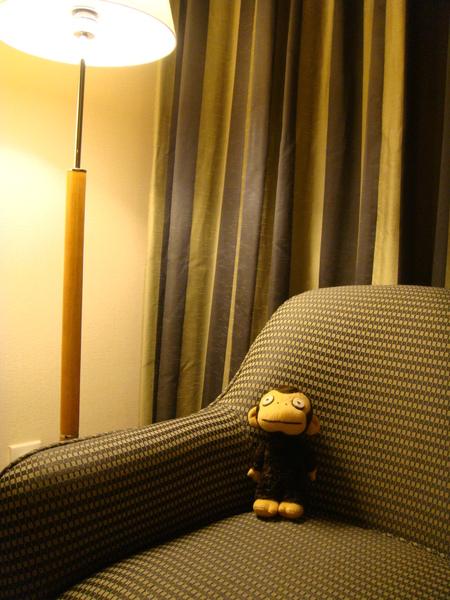 回來囉~走了整整一天,在沙發上休息一下