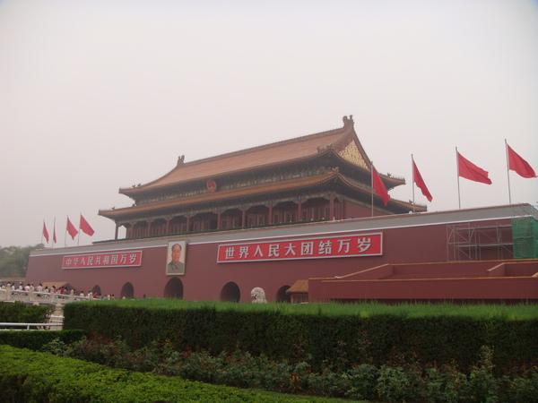 天安門-其實是紫禁城的大門,在古蹟上掛標語...真是...