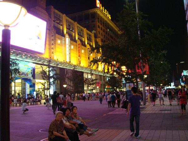 王府井晚上的街景,十分明亮