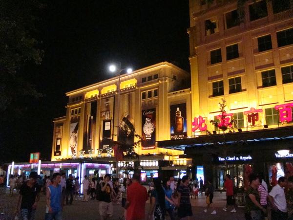 大陸的建築物到晚上都會打燈,有眾多顏色供君觀賞