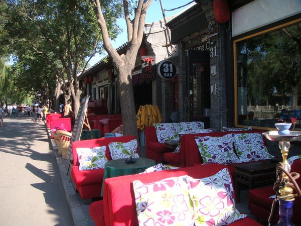 什剎海沿岸有許多bar可供休息吃飯,晚間比白天熱鬧