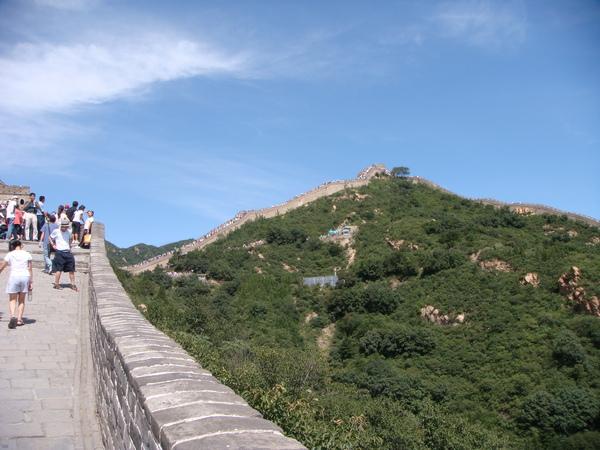 你看,我剛剛是從那裡爬過來的喔!!很陡很斜,不好走,好累喔。以前當兵的人還穿盔甲想想真辛苦
