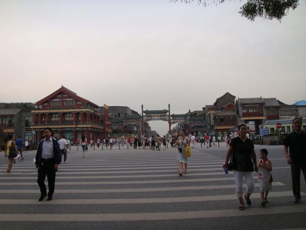 白天的前門大街人煙稀少,大陸難得會有空曠的地方,到處都人滿為患