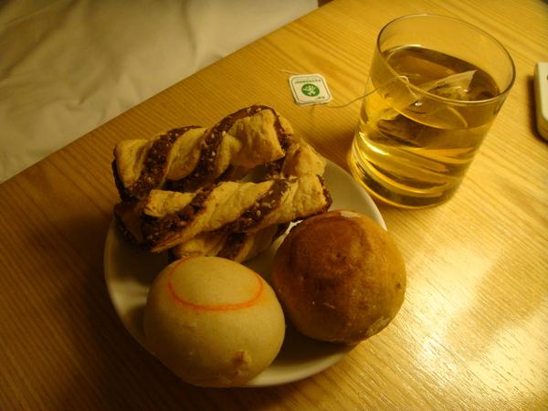 回來的路上在清真的店買小吃 - 麻餅,配茶剛好,很香