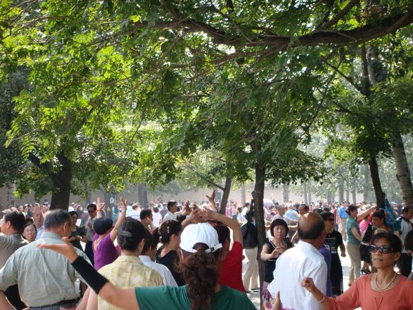 天壇公園是要入門票的,20元人民幣,不算很便宜,真佩服運動的人們~