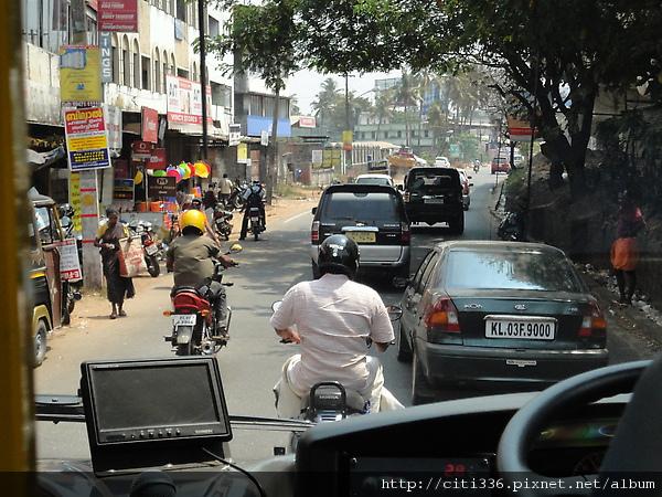有的路很小,人車爭道很危險