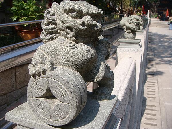 黃大仙薔色園的石獅雕刻