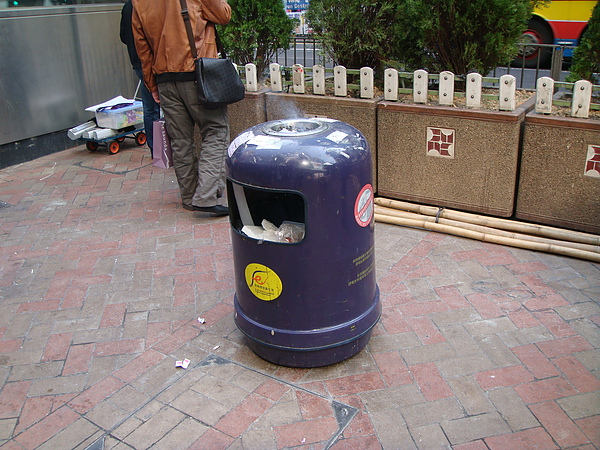 看看人家的人行道垃圾桶,多大氣啊!!!北市垃圾桶口做那麼小幹嘛? 多學學人家!!