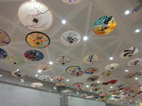 二航廈有客家桐油傘展,整個天花板都是美麗的中國客家紙傘