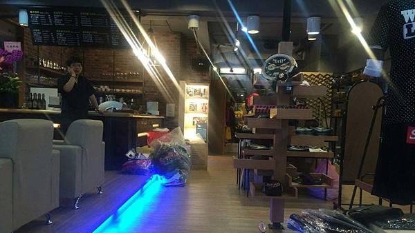 室內設計-住宅裝修-商業空間-咖啡廳裝潢-餐飲裝潢-吧檯木工裝潢-潮牌店裝潢-複合商店裝潢.jpg