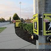 貼心又人性化的設計...在十字路都會設置....過馬路前請先按