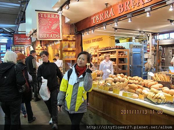 有名的面包店...都現做的,難怪要排隊