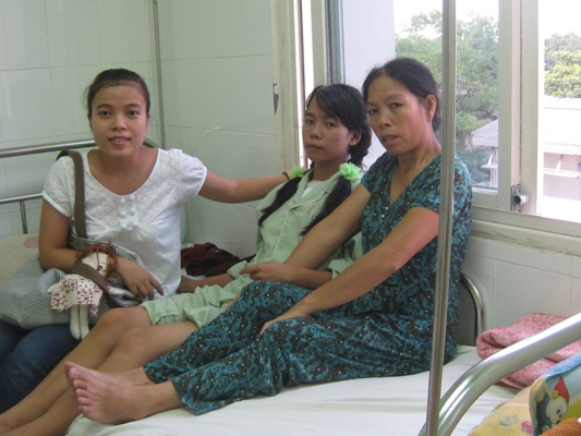 anh 8 承辦人去醫院探親做手術後的孩童.jpg
