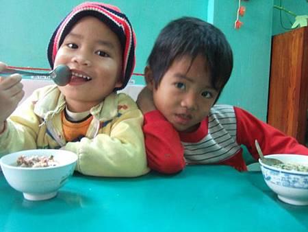 孩童快樂用午餐.JPG