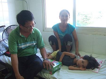 小意手術2個禮拜后,黃主任到醫院看小意.JPG