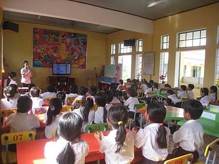 老師為孩童說故事.jpg