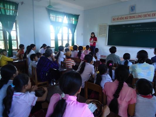 計劃專員介紹計劃服務內容、受助對象的權利和義務以及說明活動的流程給還童家長.JPG