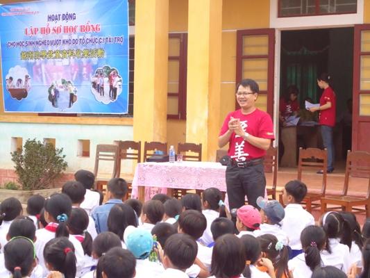 計越南工作站黃主任介紹計劃服務內容、受助對象的權利和義務以及說明活動的流程給還童家長.JPG