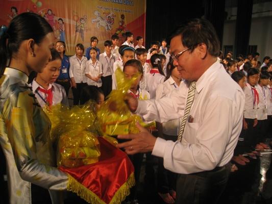 孩童收禮物 (2).jpg
