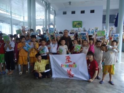 孩童快樂地接受學習文具.JPG