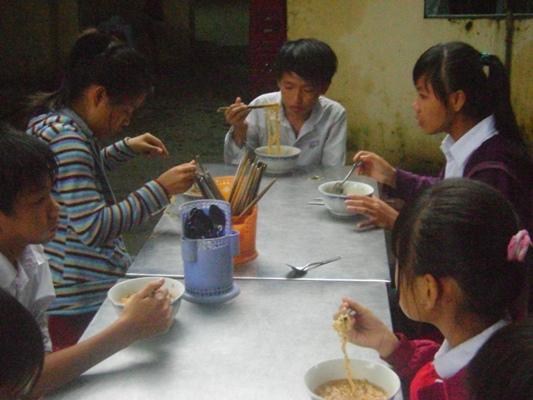 孩童吃至善送的泡面.JPG
