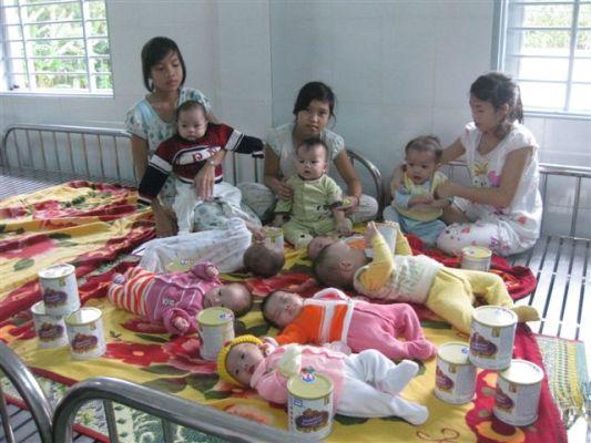發放奶粉給嬰兒孩童.jpg