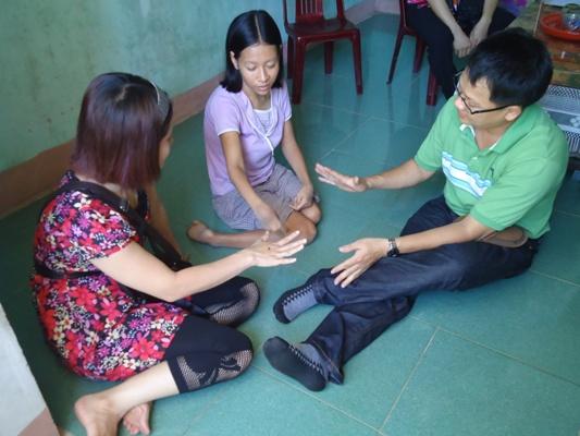 家訪了解何靜省病童的需求.JPG