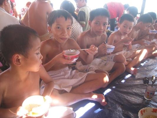 孩童在海灘用餐.jpg