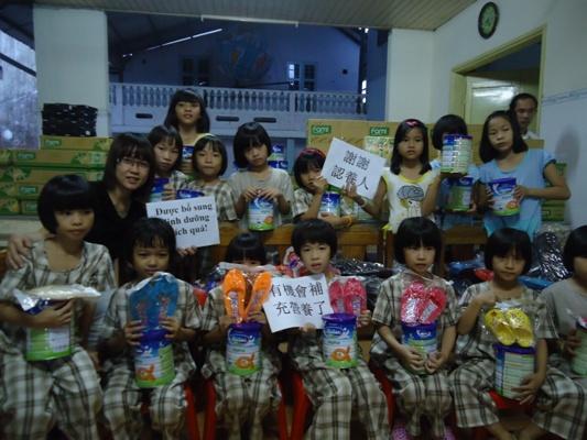 贈送 4,950 盒豆漿、33廣奶粉、 152 雙拖鞋、襪子和 12 計算機給德山兒家孩童.JPG
