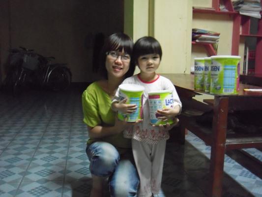 送奶粉給營養不足的孩童1.jpg
