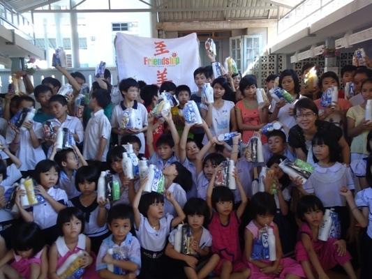 發放個人日用品給孩童.JPG