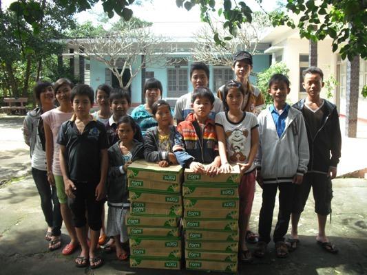 贈送864 盒豆漿給富祿兒家孩童.JPG