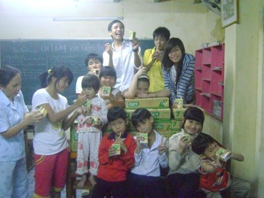 贈送 672 盒豆漿及8 箱泡面給麒麟兒家孩童.JPG