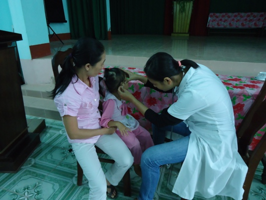 為營養不良孩童進行體檢.JPG