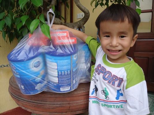 發放奶粉給營養不良孩童1.JPG